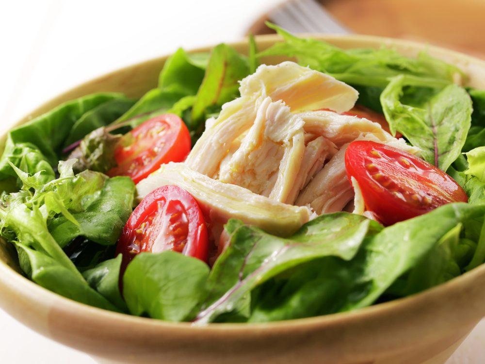 野菜サラダにチキンを加える