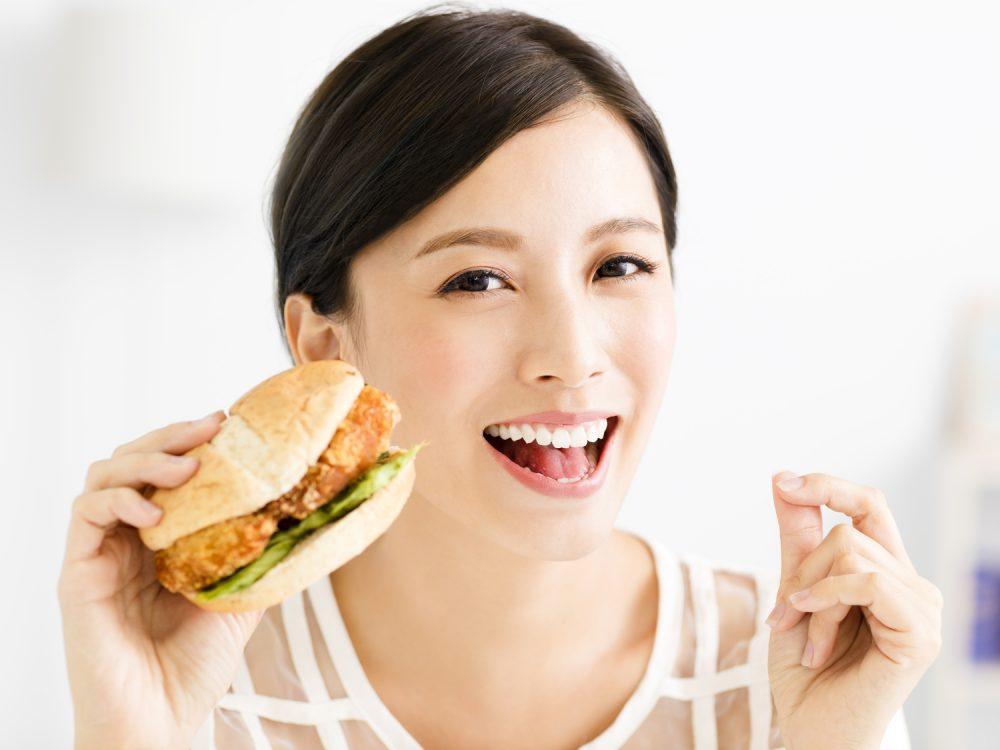 カロリミットで安心して脂っこい食事をする人のイメージ