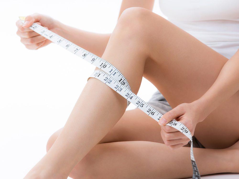 メジャーでふくらはぎを測る女性
