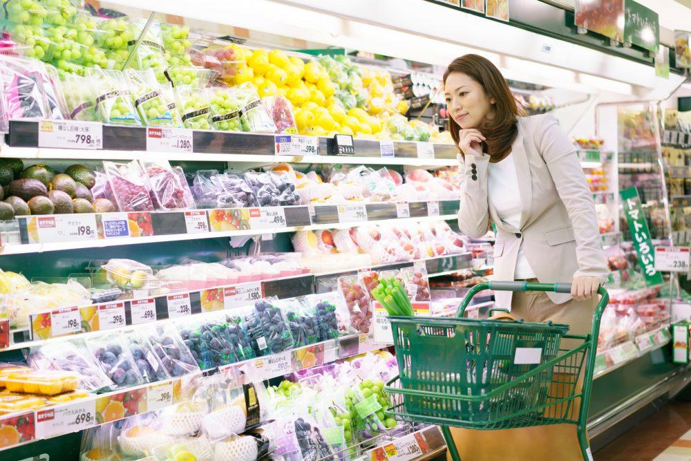 スーパーで買い物をする女性(食事の選択)