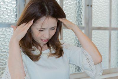 頭痛で辛い女性
