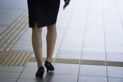 歩く女性の姿