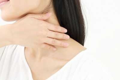 首のリンパマッサージをする女性