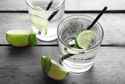 レモンとグラスに注いだ炭酸水