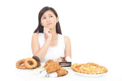偏った食事をする女性