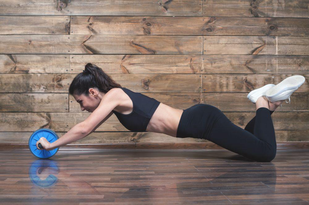 腹筋ローラーをする女性