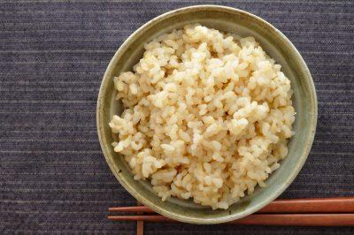 玄米ご飯を食べる様子