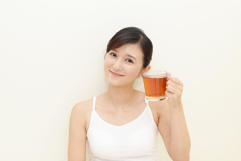 ダイエットに良い紅茶を飲む女性