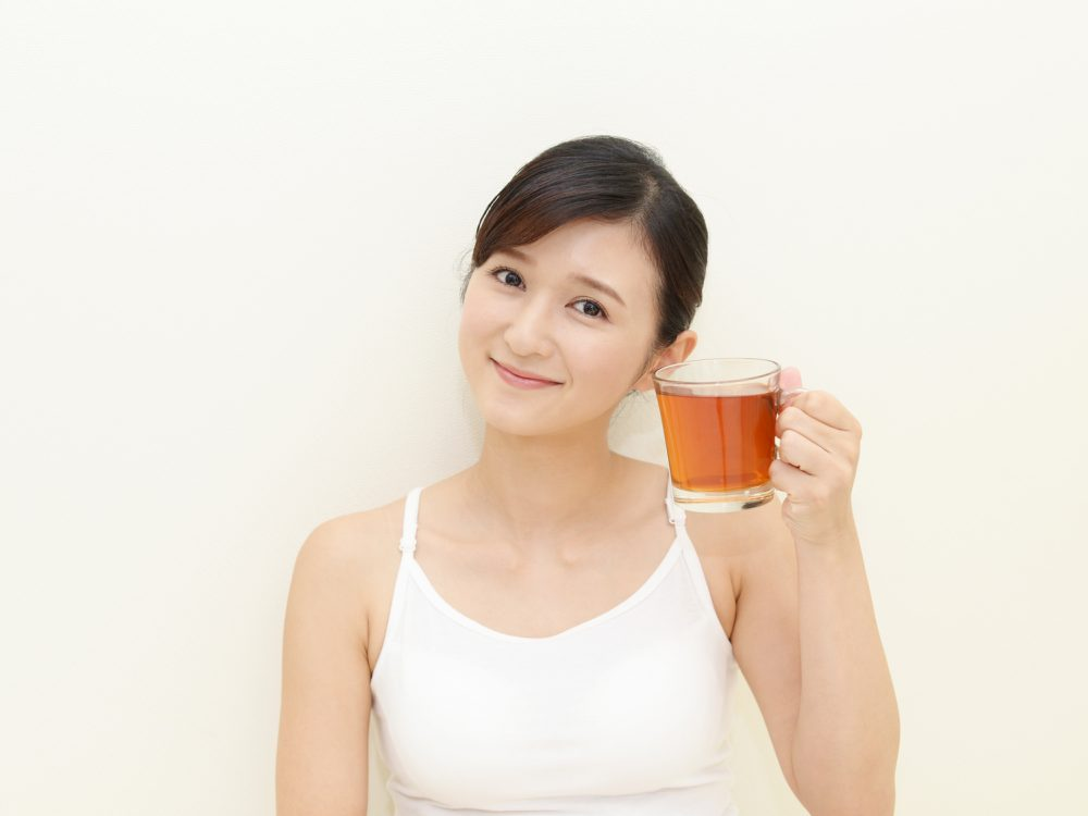 ダイエットに良いルイボスティーを飲む女性