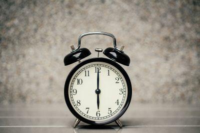 18時(午後6時)を刻む時計