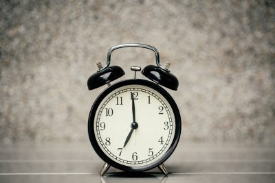 7時を指す時計