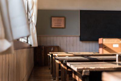 同窓会のイメージ(木造校舎の教室)