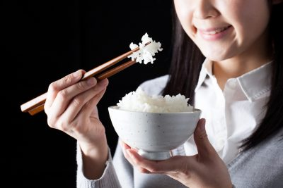 米を食べる女性