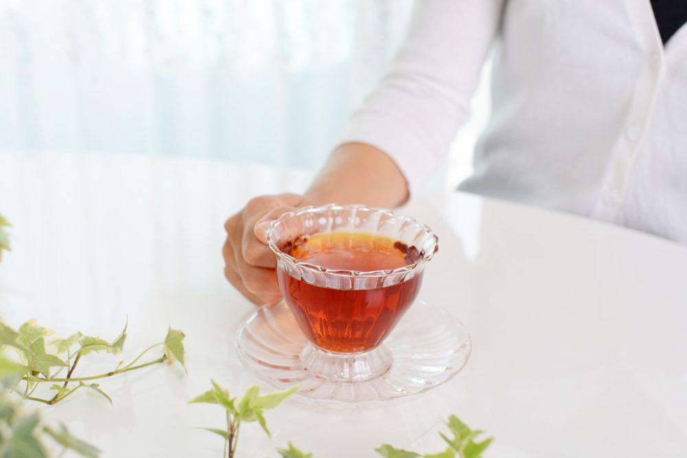 紅茶を飲み寛ぐ女性
