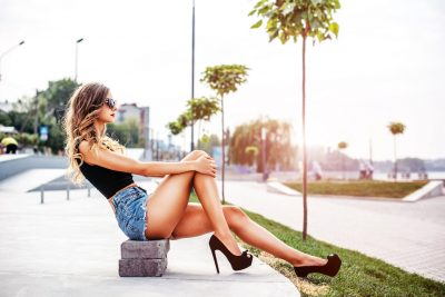 ハイヒールを履いた綺麗な脚の女性