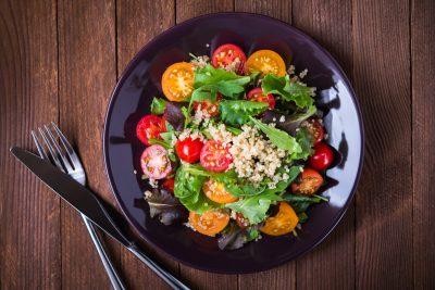 キヌアとトマトの健康サラダ