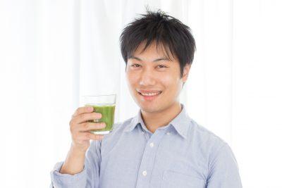 青汁を持つ男性