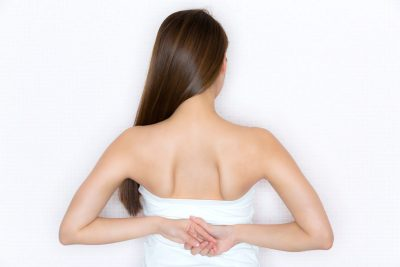 若い女性の肩甲骨