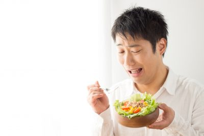 サラダを食べたがらない男性