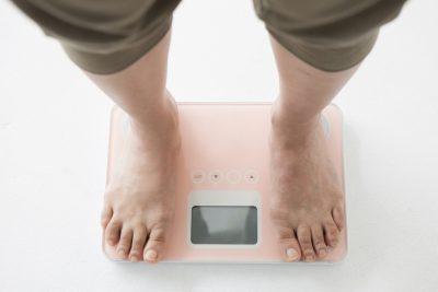 体重を計測する人