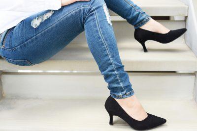 スキニージーンズを履く女性