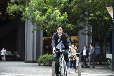 自転車で通勤するサラリーマン