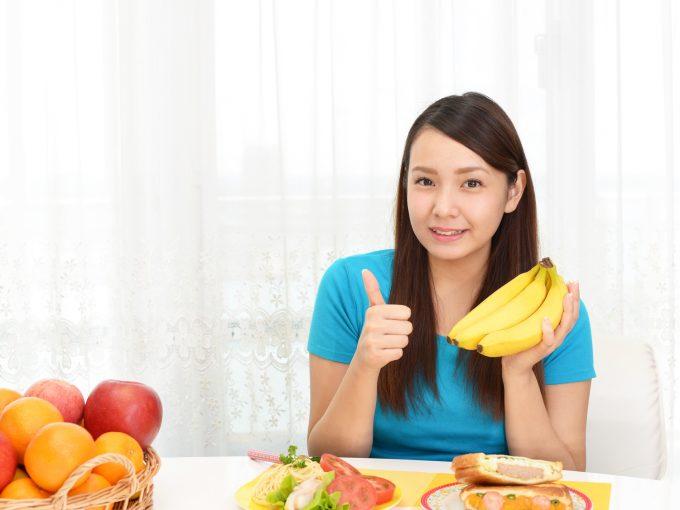 朝食にバナナを食べる女性