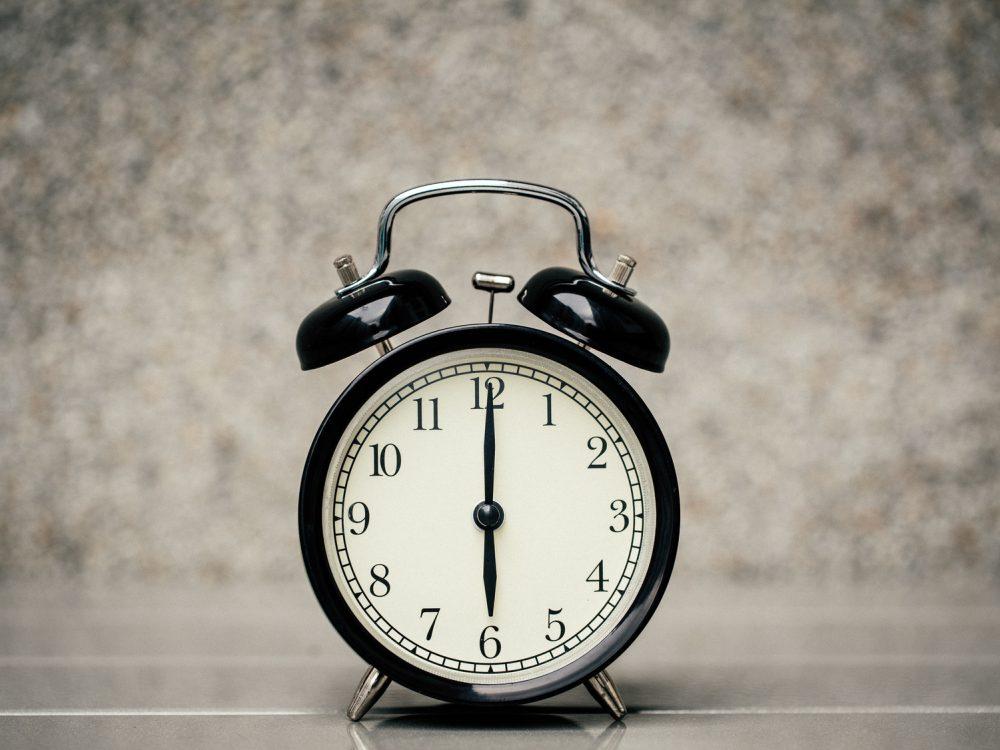 18時を指した時計