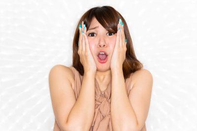 悲鳴をあげる女性