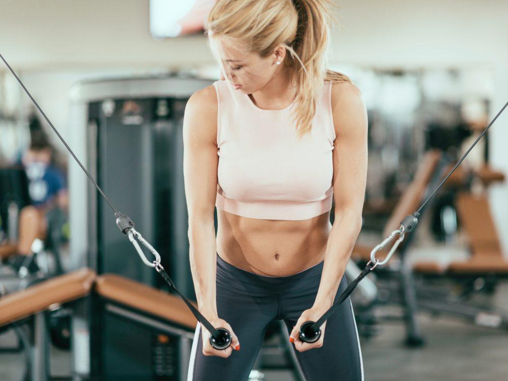 ウエイトトレーニングをする女性