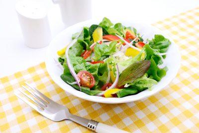 お皿いっぱいの野菜サラダ