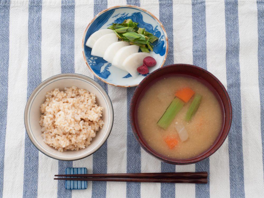 玄米と味噌汁と漬物(粗食)