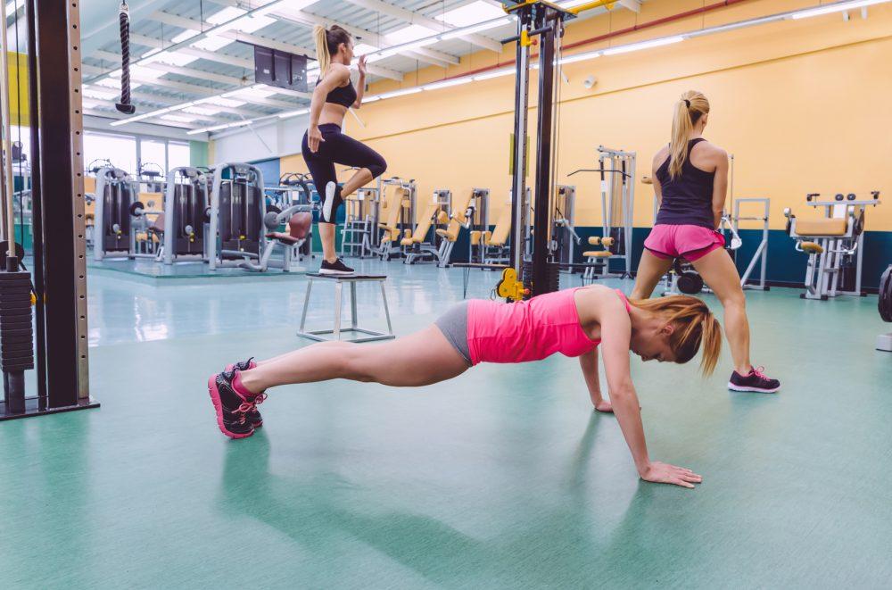 サーキットトレーニングをする女性たち
