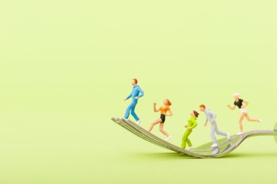 フォークの上を走っている人々