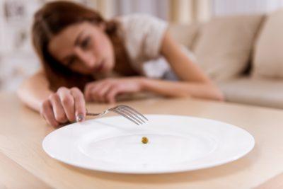 食事を欲する女性