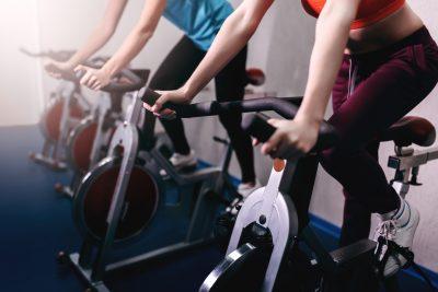 フィットネスバイクに乗る女性たち