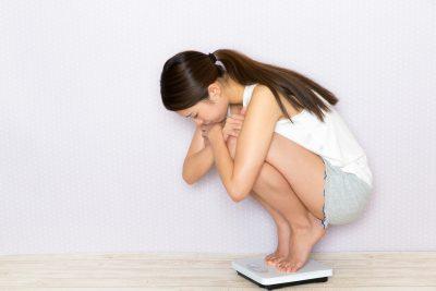 便秘で体重が増えて悩む女性