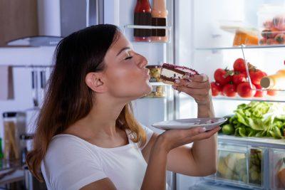 食べ物を好きな時に食べれる様子