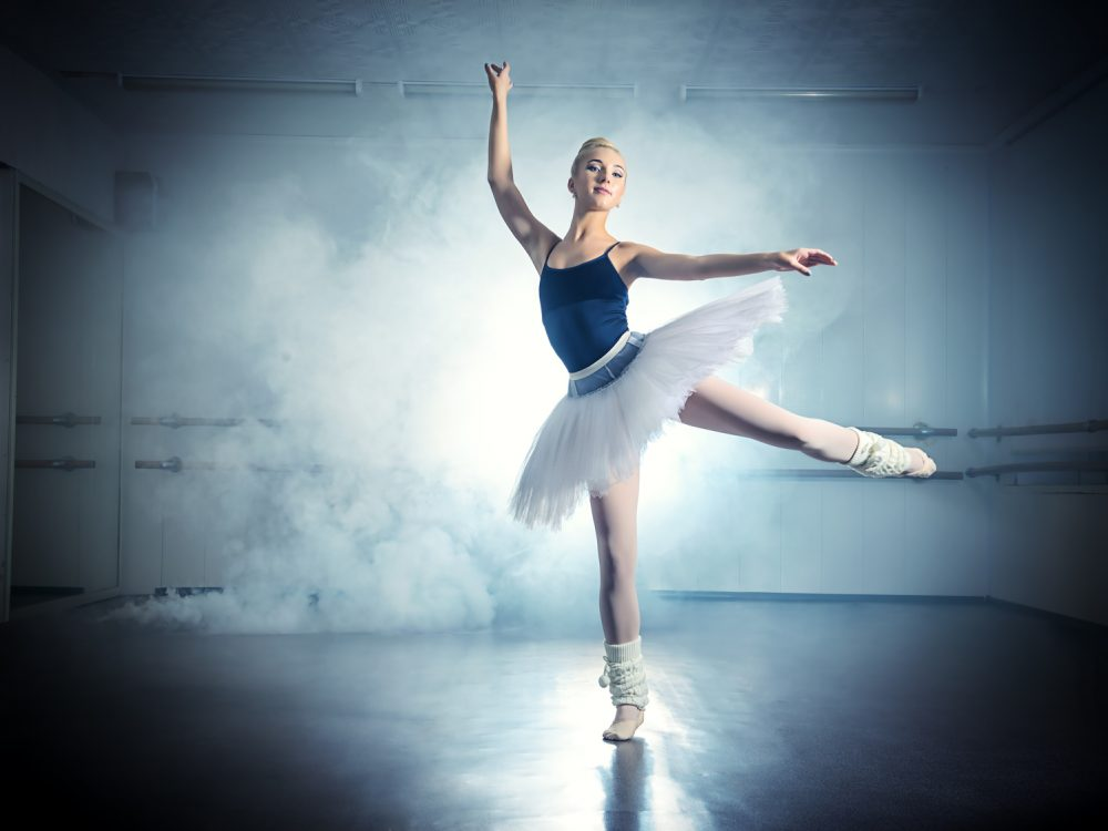 ルルベをするバレエダンサー