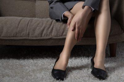 ふくらはぎの筋肉痛を気にする女性