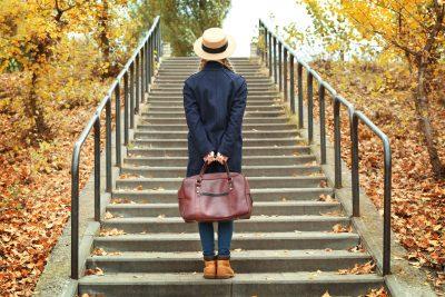 階段をのぼろうとする女性