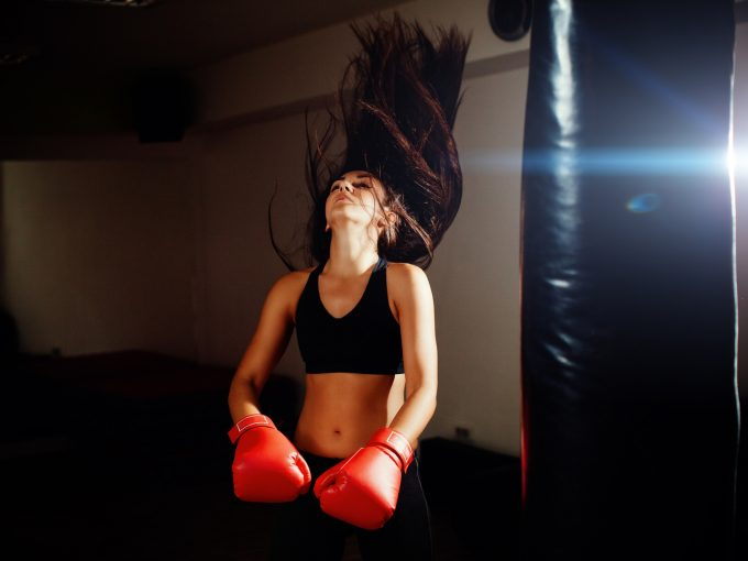 ボクシングでストレスを発散する女性