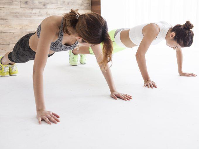 トレーナーと自重トレーニングをする人