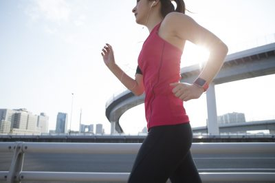ゆっくりとジョギングをする人