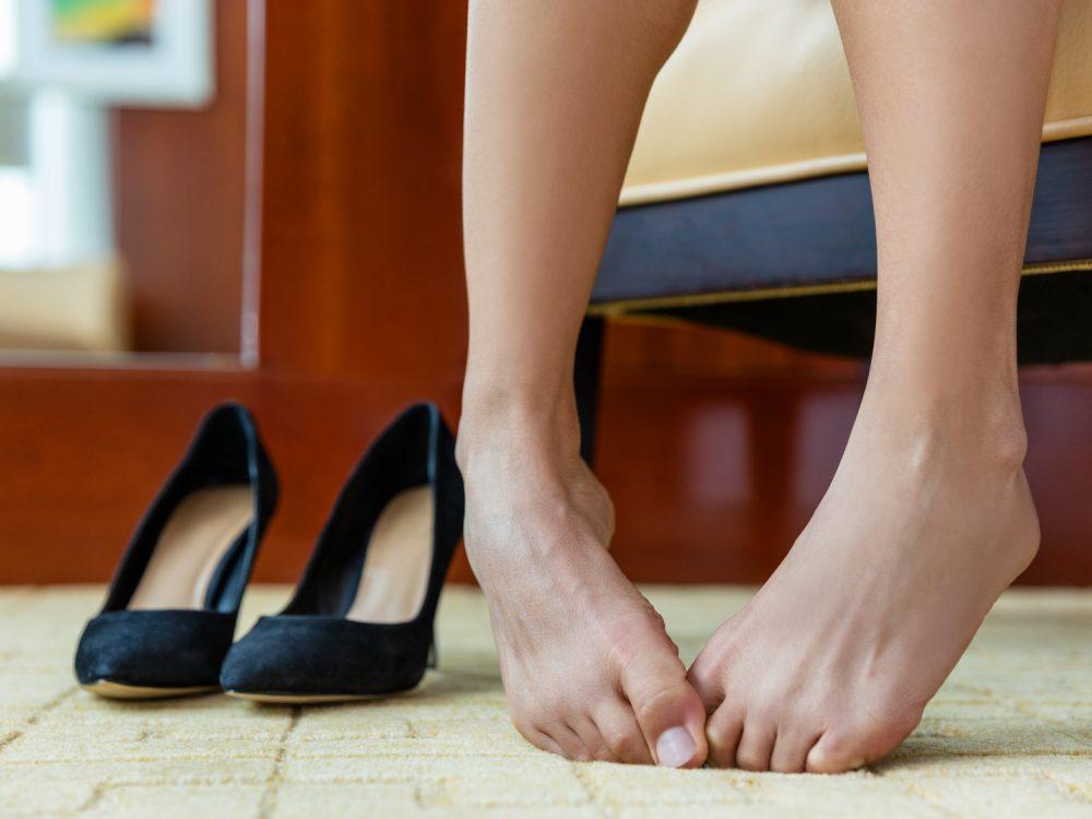 くびれた足首の女性