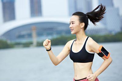 綺麗なフォームで走る女性