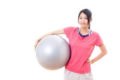 バランスボールを抱える女性