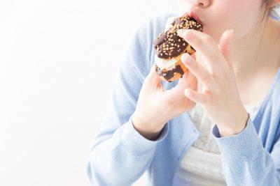 ドーナツを食べる女性
