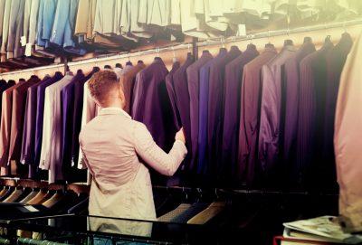 スーツを購入する男性