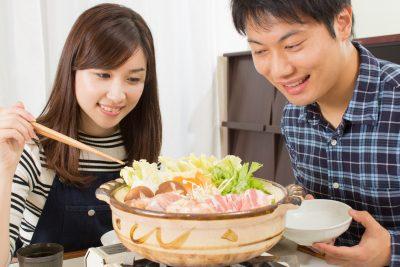 夫婦で食事をする様子
